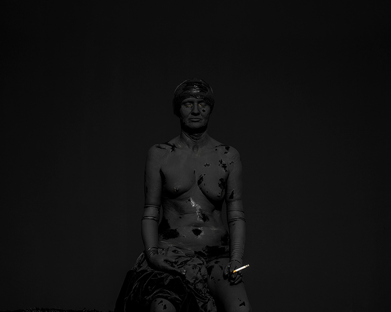 Ambrosia vs. tabacco. Marmo niveo vs. pece densa. Hebe vs. Hebe [2017]. Ha percorso due secoli in punta di piedi; si è ora seduta, si è spogliata, ha chiuso gli occhi e così facendo, ancor prima di offrirsi allo sguardo, si è guardata. Mustafa Sabbagh conduce una riflessione sul significato di Libertà incarnato dall'Ebe di […]