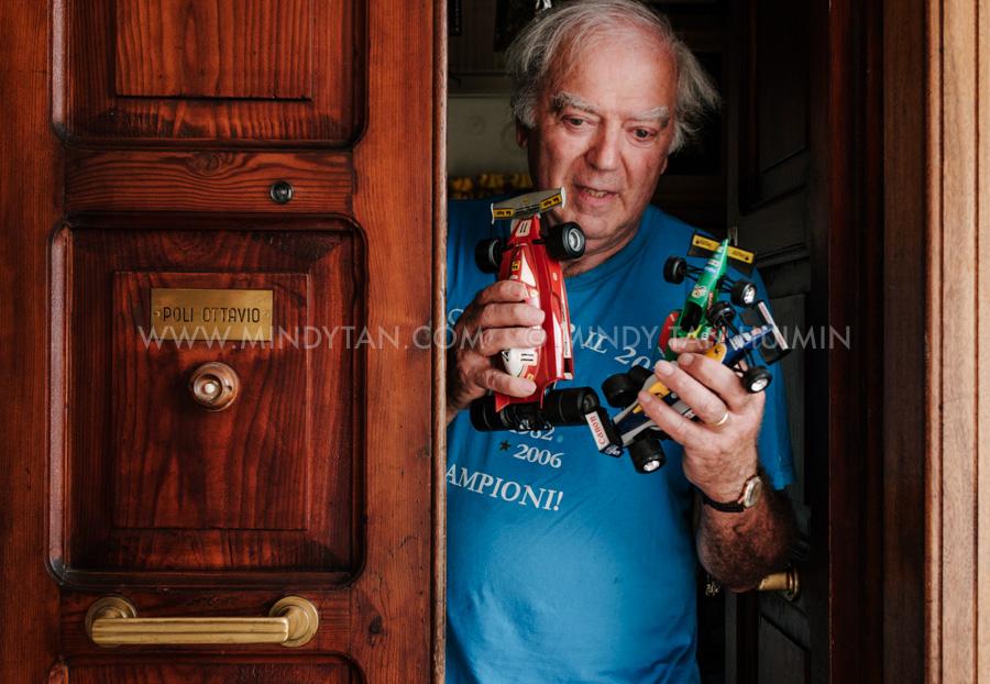 Il Sig. Sergio Poli nel suo appartamento